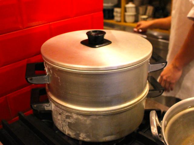 鍋で蒸します