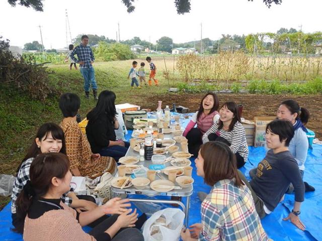 参加者で楽しむ芋煮会
